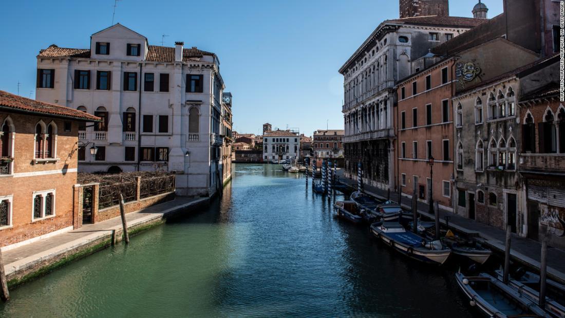 ベネチアの運河、美しさ取り戻す